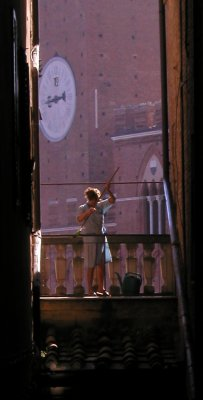 Early morning cleaning in sight of la Torre del Mangia, Siena